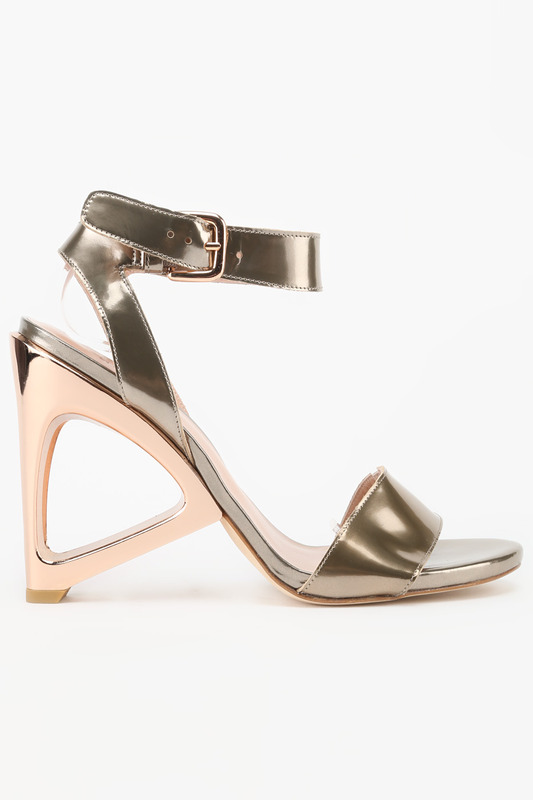 Туфли Stuart WeitzmanТуфли<br><br>Размер INT: 40<br>Размер RU: 40<br>brand_id: 690<br>category_str_var: Obuv-zhenskaia-tufli<br>category_url: Obuv/zhenskaia/tufli<br>is_new: 0<br>param_1: None<br>param_2: None<br>season_autumn: 0<br>season_spring: 0<br>season_summer: 0<br>season_winter: 0<br>Возраст: Взрослый<br>Пол: Женский<br>Стиль: None<br>Тэг: None<br>Цвет: Золотой<br>custom_param_1: None<br>custom_param_2: None